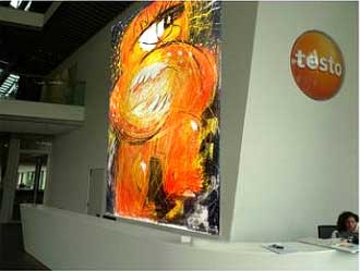 Um eine Vorstellung zu vermitteln, wie das Format und die Farben wirken, wurden die Entwürfe wurden auf der 10 m hohen Wand im Foyer des Unternehmens eingespielt, wo das Bild seinen Platz finden sollte.