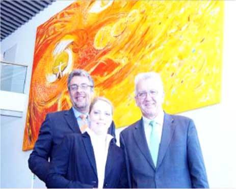 Präsentiert wurde das fertige Gemälde bei einem Festakt anlässlich der Einweihung des neuen Firmenstandortes. Sowohl Geschäftsführung als auch Belegschaft und geladene Gäste, darunter der baden-württembergische Ministerpräsident Winfried Kretschmann, der die Festrede hielt, waren vom Ergebnis begeistert. Von links: Prof. Dr. Burkart Knospe, Alina Atlantis, Winfried Kretschmann, Ministerpräsident Baden-Württemberg.